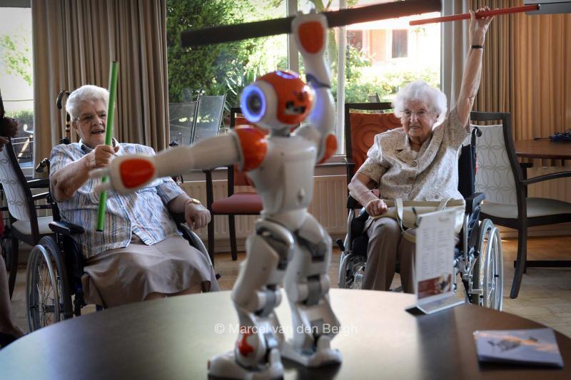 800x533_robot-ouderen-7