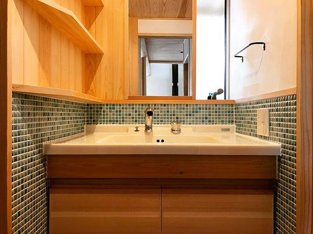 造作の洗面カウンター。_アクセントにエメラルドブルーのタイルを使っています。_毎