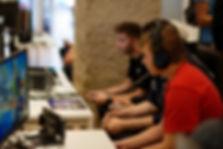 Joueurs pro en plein tournoi compétitif