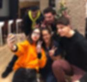 Un groupe d'amis en train de se prendre en selfie dans un café jeux