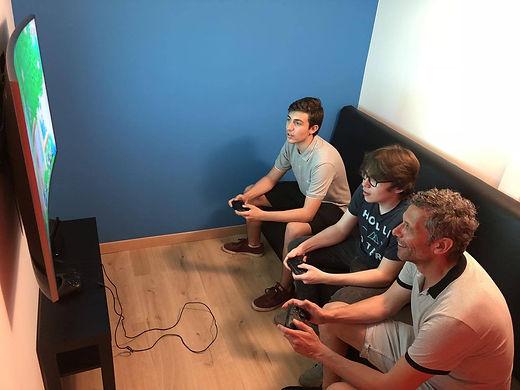 Une famille en plein moment de partage et d'amusement sur la Nintendo Switch