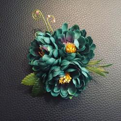 Три цветка - одна брошь