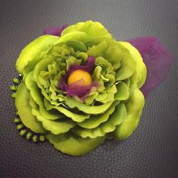 Очень яркая и красивая #брошь с декором из бусин и фатина