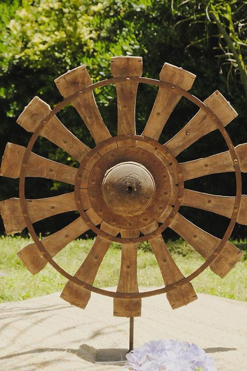 Rueda de carro de madera en pedestal