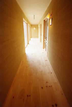 床は無垢板、壁はケナフ、自然素材の内装