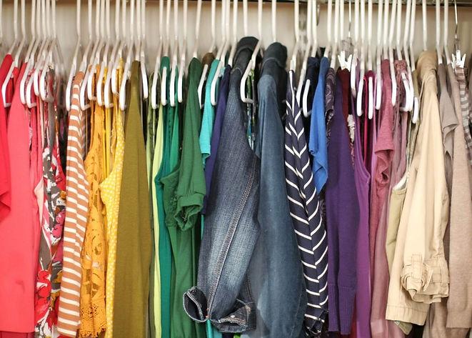 organizar-o-guarda-roupa-cores.jpg