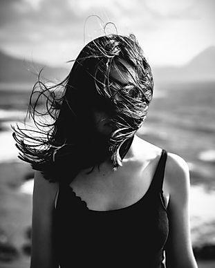 Yüzünde Üfleme Saçlı Kadın