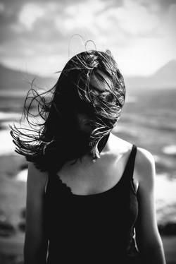 Femme aux cheveux soufflant sur la face