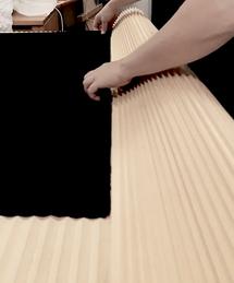 Die Kante des Textil exakt in den Lauf der Falten legen
