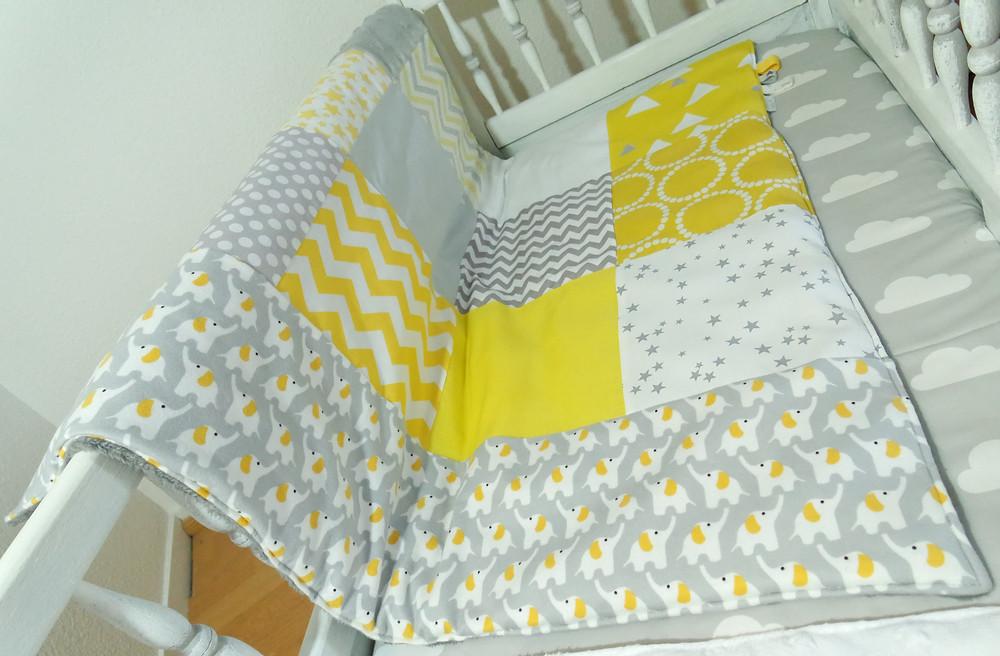"""Couverture bébé """"patchwork"""" jaune, gris, blanc """"king size""""_bis vue de biais"""