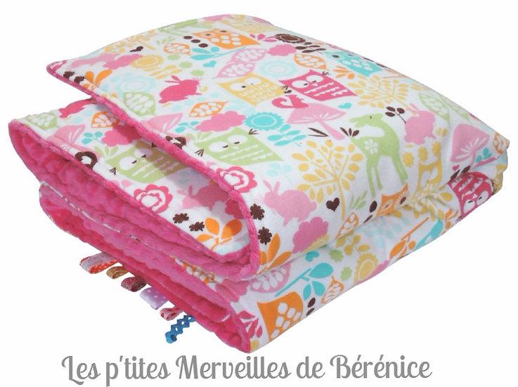 """Une jolie vue de la couverture bébé fille """"Forest friends"""" en velours minky fuchsia et flanelle multicolore"""