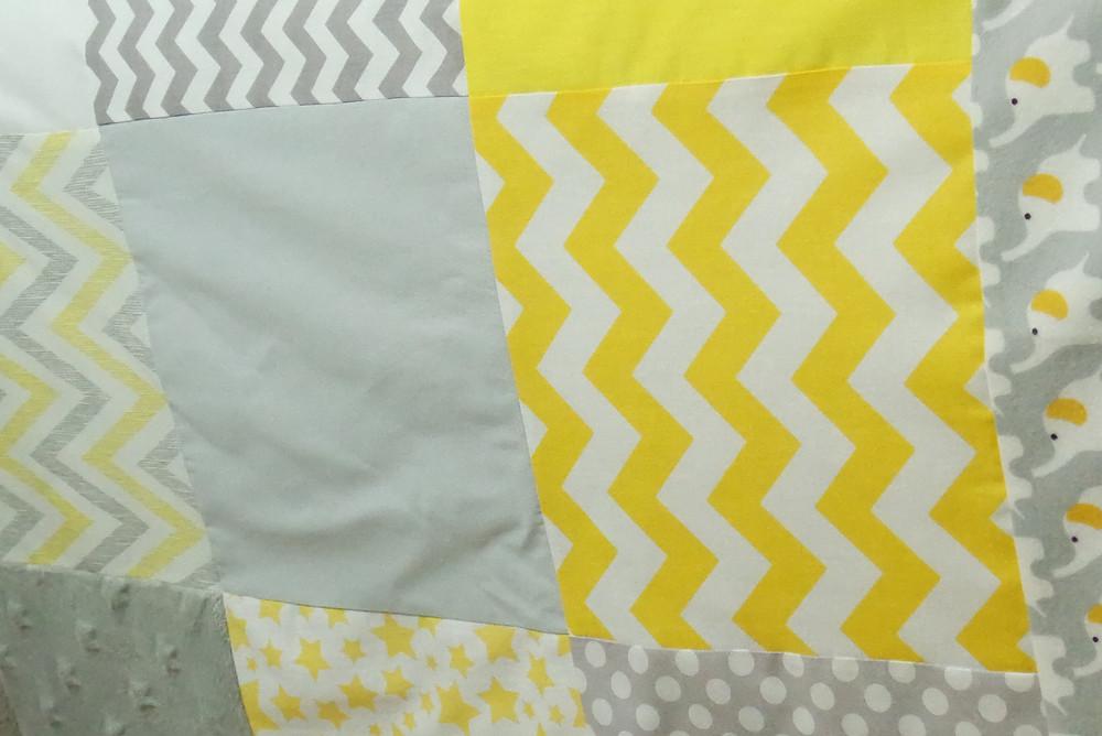"""Couverture bébé """"patchwork"""" jaune, gris, blanc """"king size""""_détails raccords tissus"""