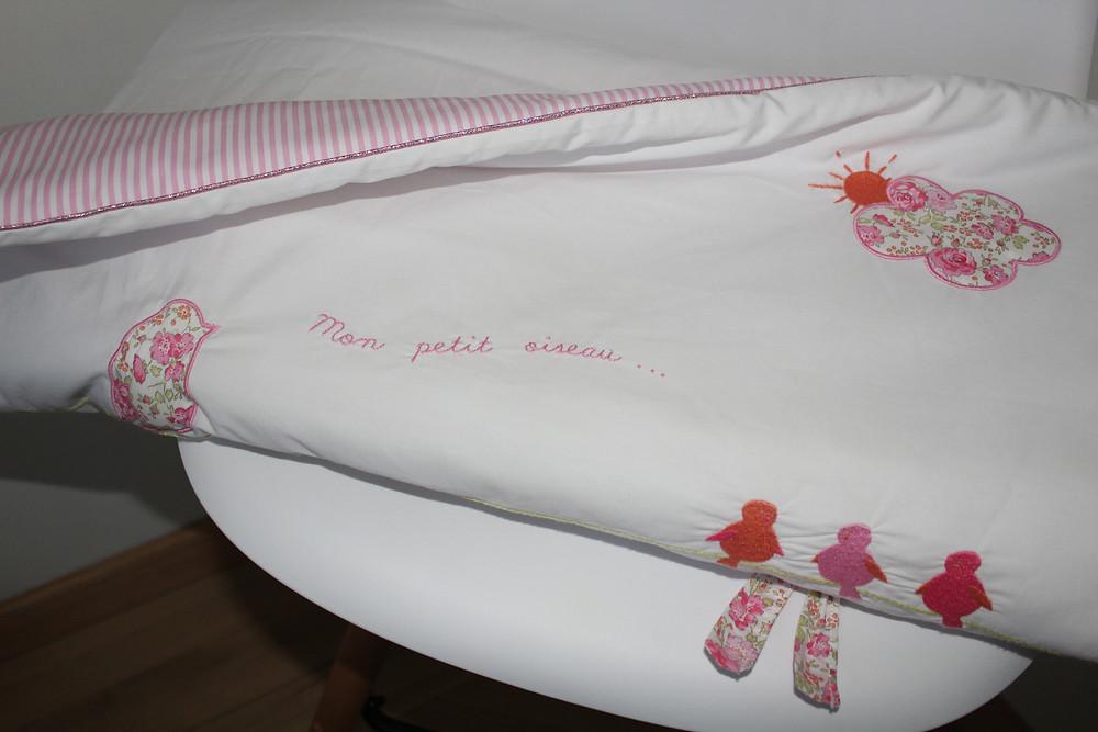 Edredon bébé en Liberty Félicité rose brodé et popeline blanc rose_pliée face
