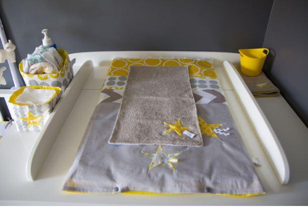 Plan à langer en gris, jaune, blanc. Source : Blog d'Annesotte Créations«Les p'tites Merveilles de Bérénice»