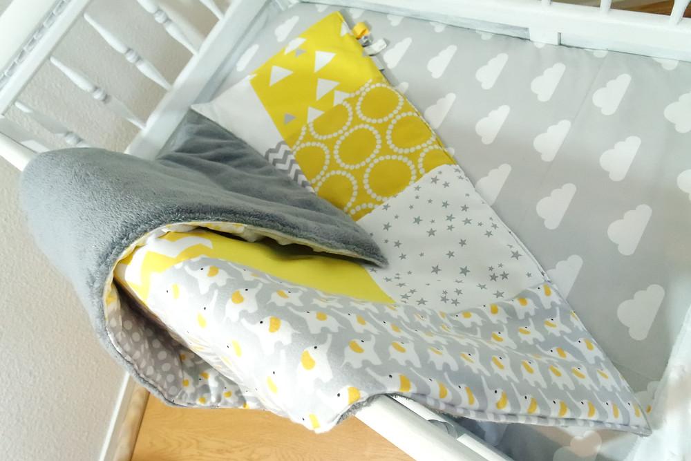"""Couverture bébé """"patchwork"""" jaune, gris, blanc """"king size""""_pliée_dos en polaire sherpa gris foncé"""