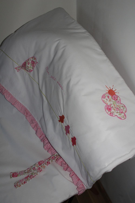 Edredon bébé en Liberty Félicité rose brodé et popeline blanc rose_détails