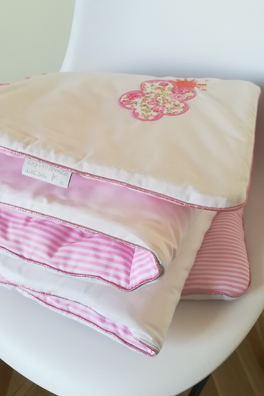 Edredon bébé en Liberty Félicité rose brodé et popeline blanc rose_pliée en 4 sur elle même