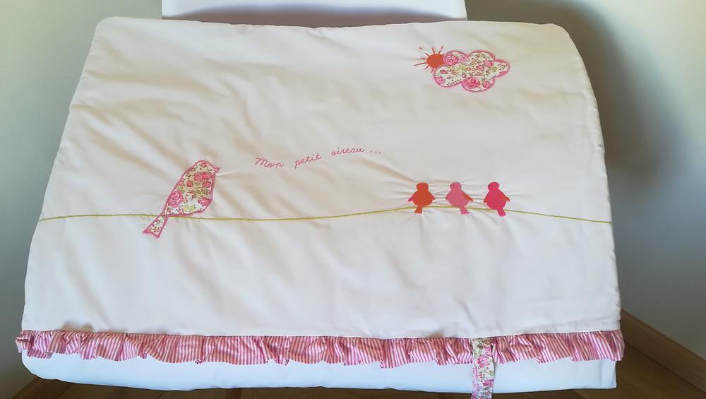 Edredon bébé en Liberty Félicité rose brodé et popeline blanc rose_pliée de face