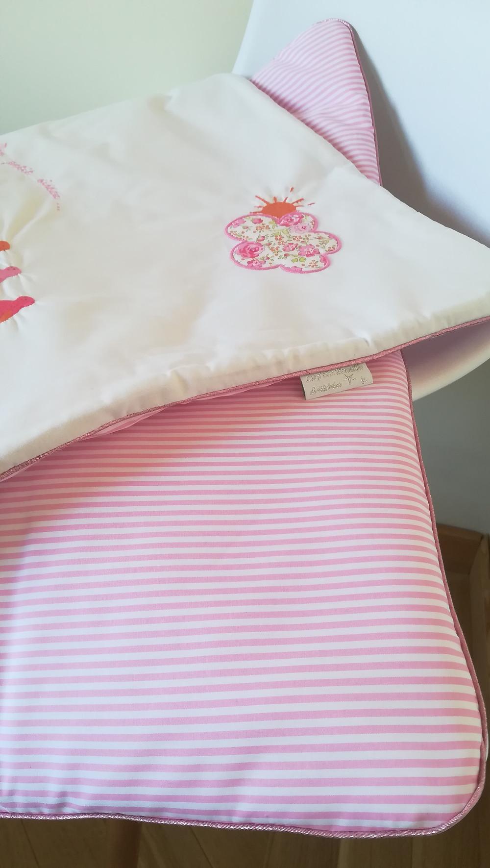 Edredon bébé en Liberty Félicité rose brodé et popeline blanc rose passepoilée_détails