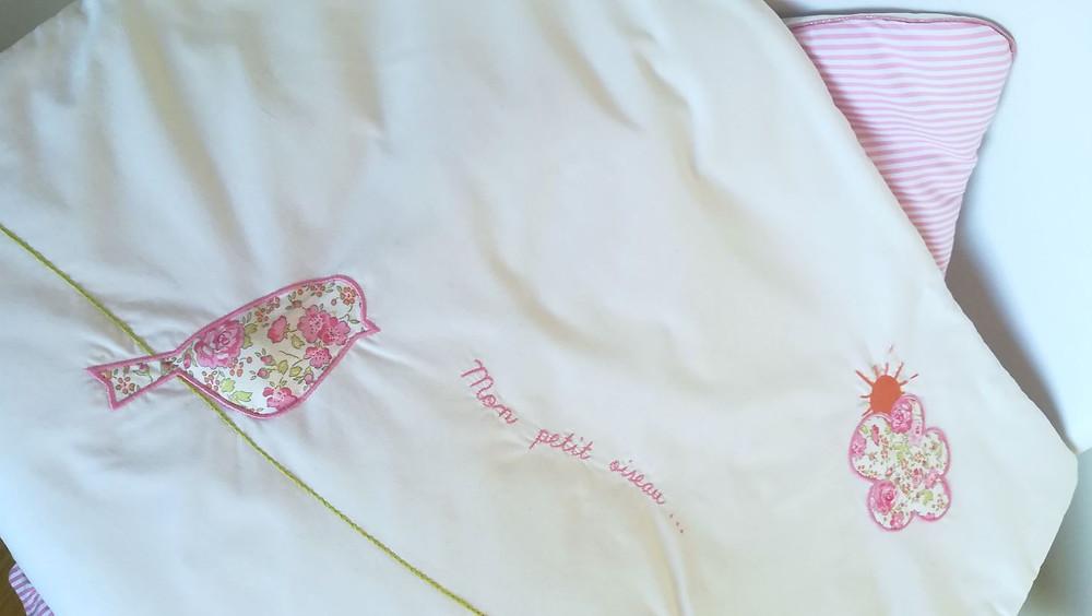 Edredon bébé en Liberty Félicité rose brodé et popeline blanc rose