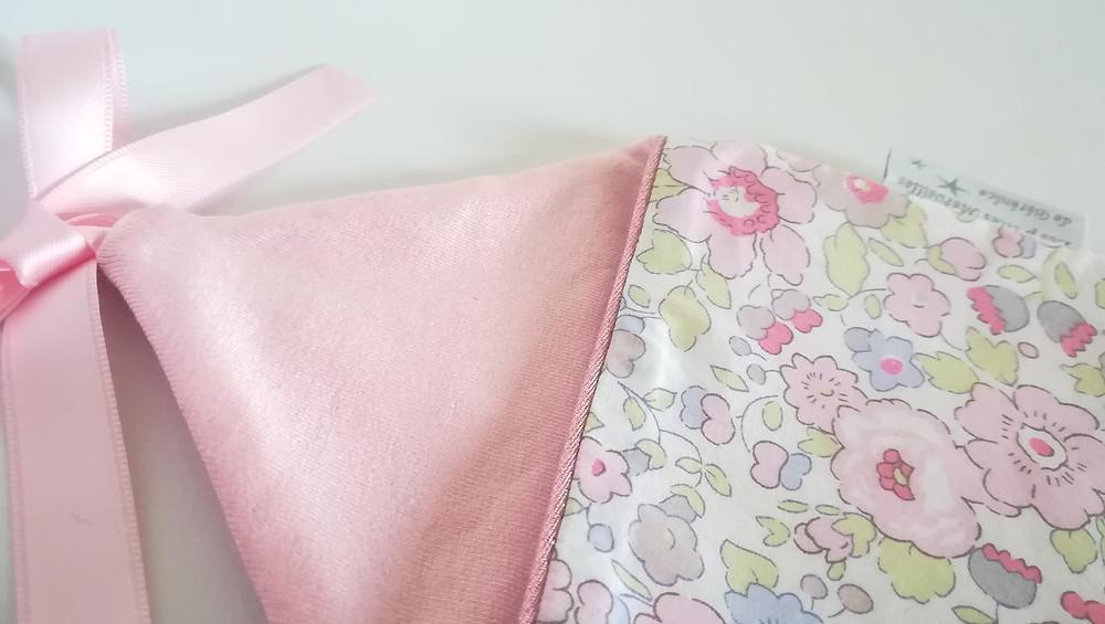 Pochette range tétine ou doudou maison Liberty rose dragée_détails