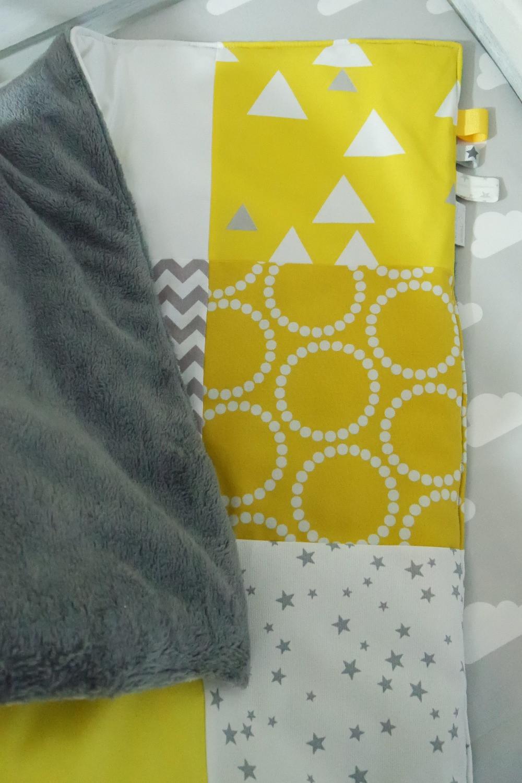 """Couverture bébé """"patchwork"""" jaune, gris, blanc """"king size""""_détails pliée coin_dos en polaire sherpa gris foncé"""
