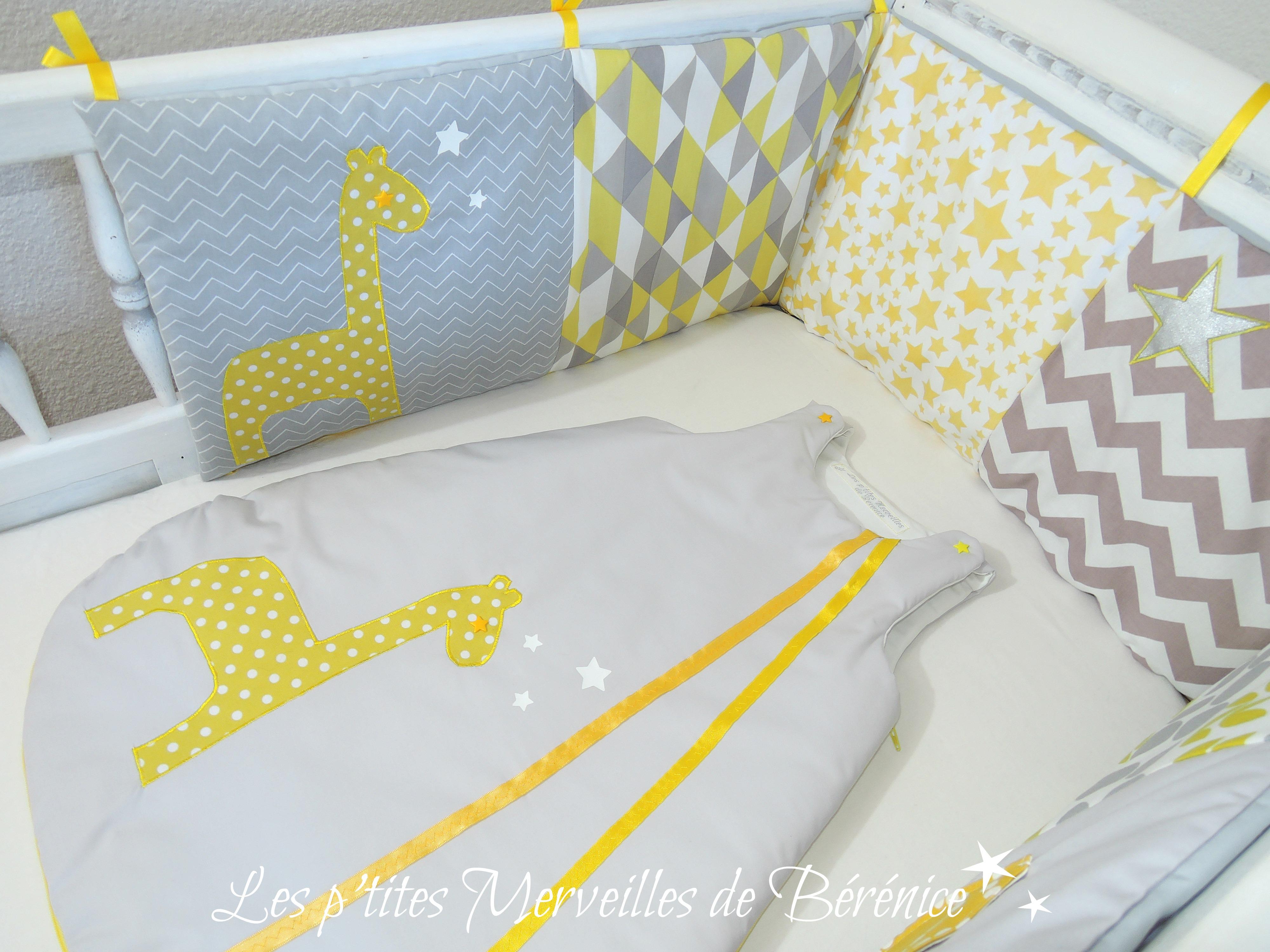 Tour_de_lit_et_gigoteuse_girafe_et_étoiles_jaune_gris_blanc_gauche.jpg