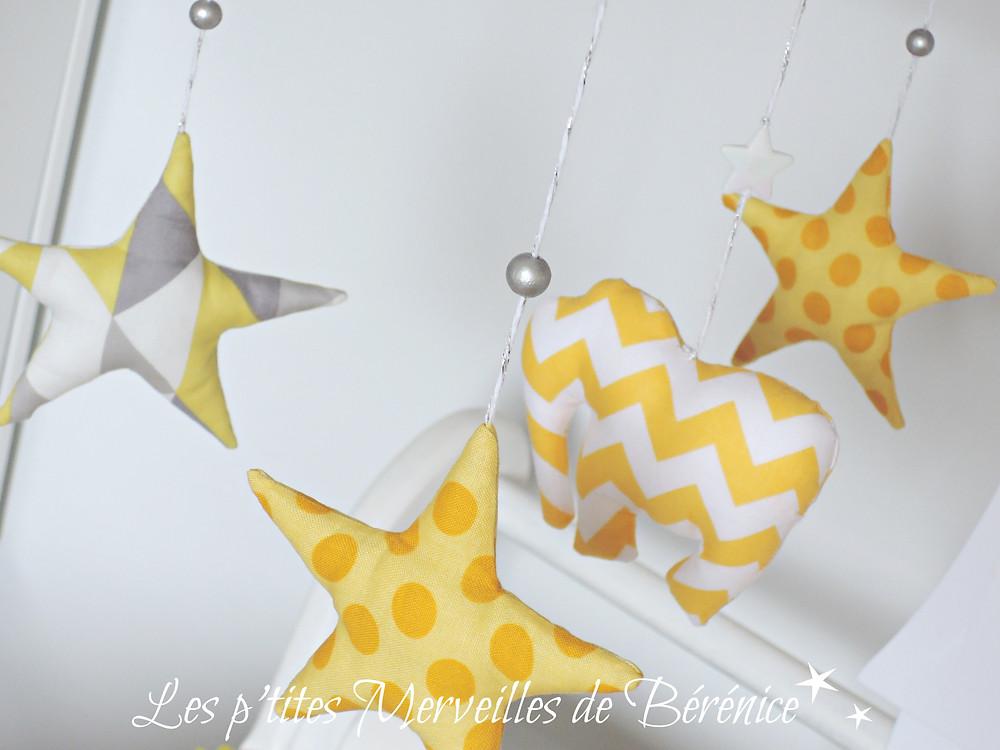 """Mobile musical """"Eléphant et étoiles"""" jaune, gris, blanc, argent. Création : """"Les p'tites Merveilles de Bérénice"""""""