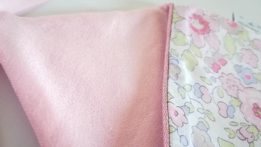 Pochette range tétine ou doudou maison Liberty rose dragée_détails haut zoom