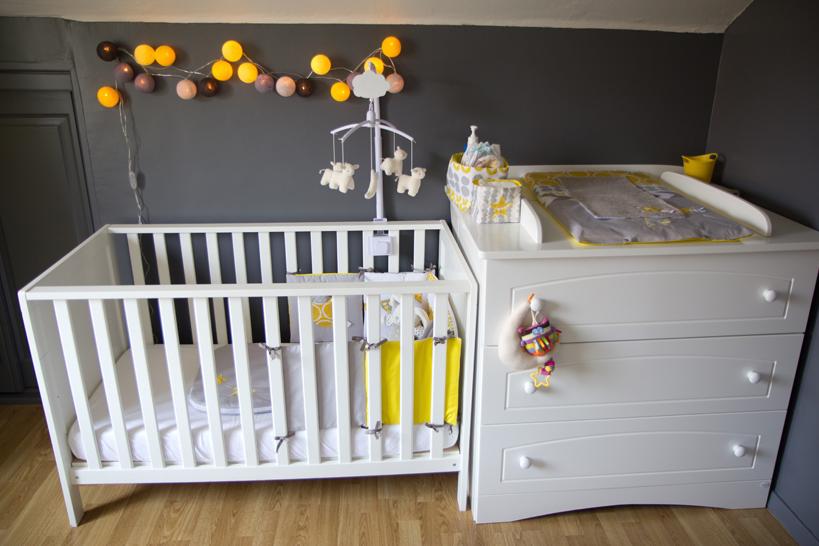 Coin lit et change chambre bébé en jaune, gris, blanc Source : Blog d'Annesotte. Créations : « Les p'tites Merveilles de Bérénice »