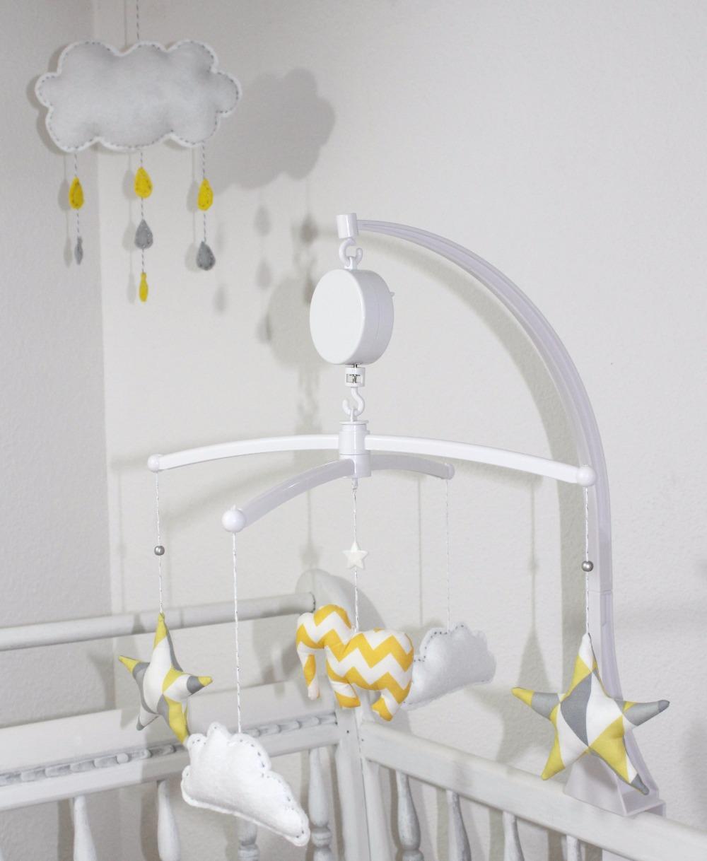 Mobile_Eléphant_étoiles_et_nuages_jaune,_gris,_blanc_+_mobile_nuage_edited.jpg