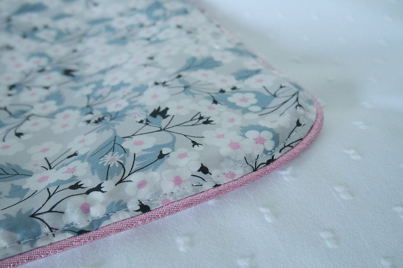 Housse de matelas à langer plumetis de coton blanc et tissu Liberty (au choix)