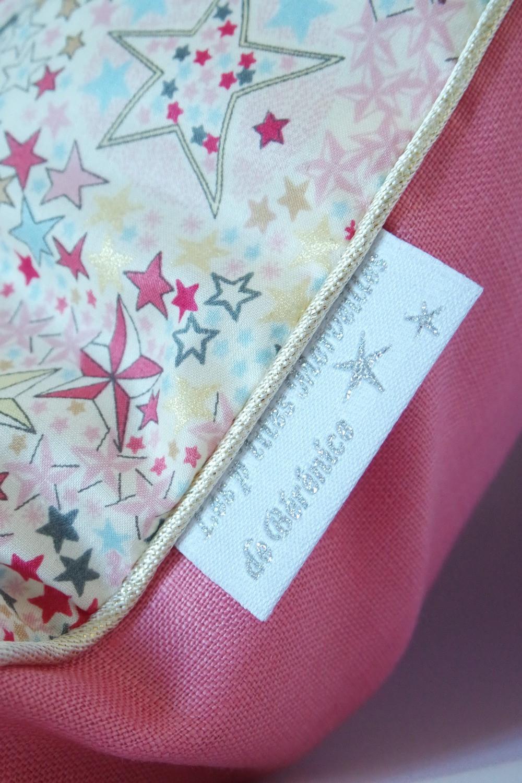 Coussin bébé Liberty Adelajda étoiles roses gris or exclu japonnais et lin rose pastèque_détails côté étoiles et passepoil or