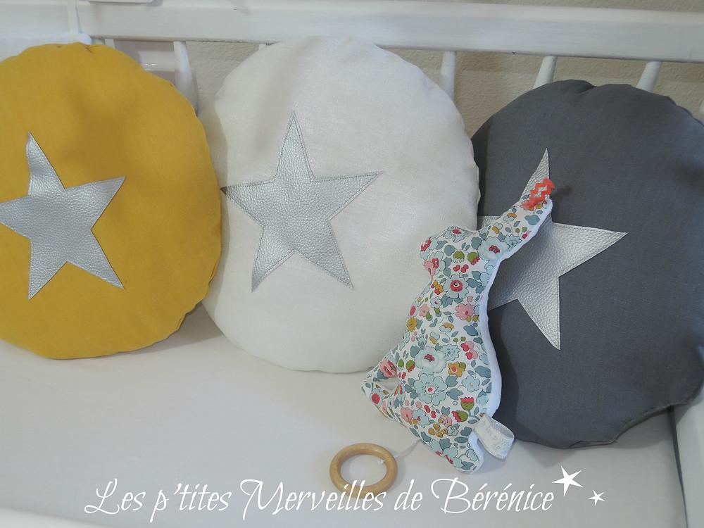Coussins ronds étoiles argent jaune, gris, blanc et lapin musical Liberty Betsy porcelaine. Créations :«Les p'tites Merveilles de Bérénice»