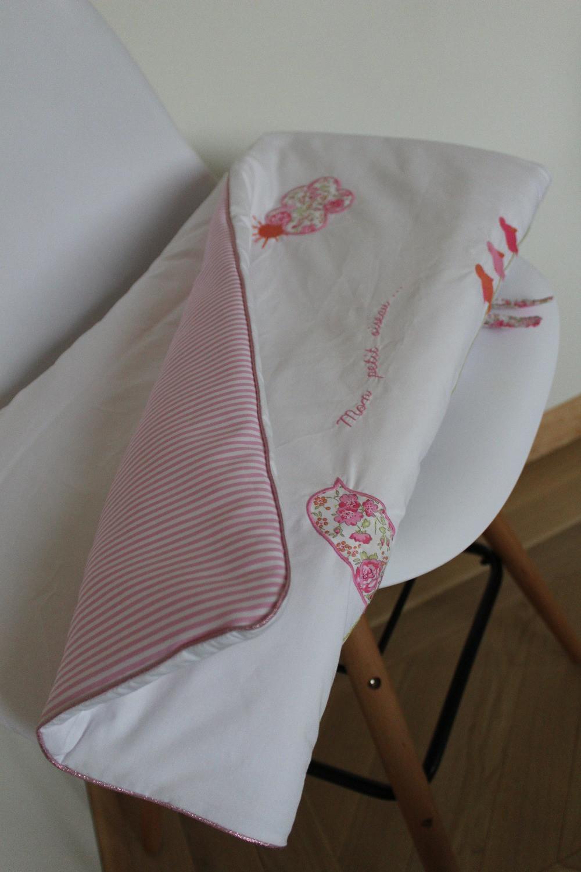 Edredon bébé en Liberty Félicité rose brodé et popeline blanc rose_pliée détails côté gauche