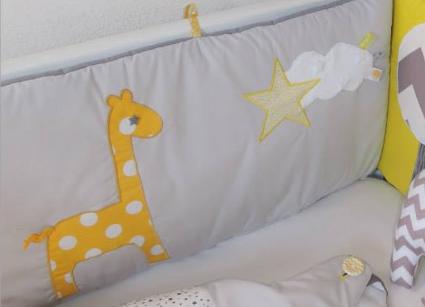 "Tour de lit ""girafe et étoiles"" jaune, gris, blanc"