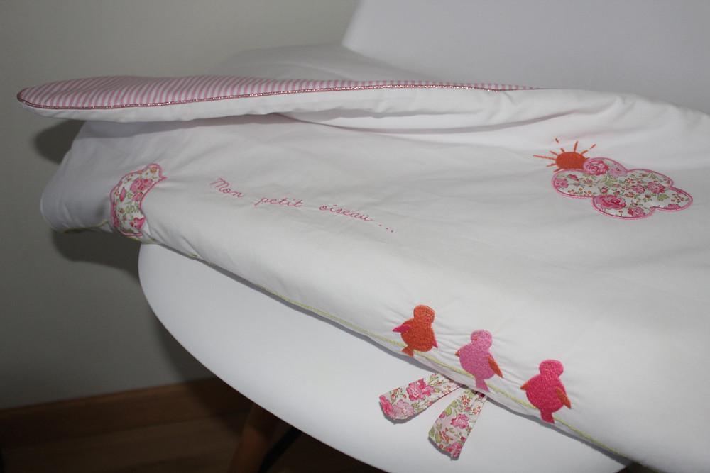 Edredon bébé en Liberty Félicité rose brodé et popeline blanc rose_pliée détails 3
