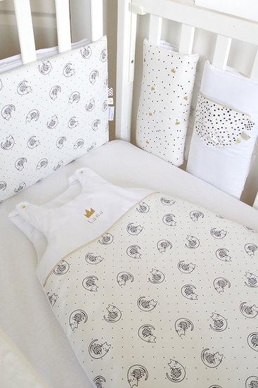 """Tour de lit respirant """"Chat"""" en noir et or sur fond blanc"""