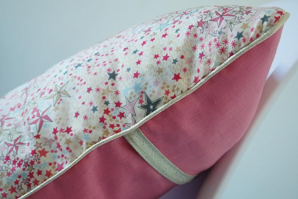 Coussin bébé Liberty Adelajda étoiles roses gris or exclu japonnais et lin rose pastèque_détails côté