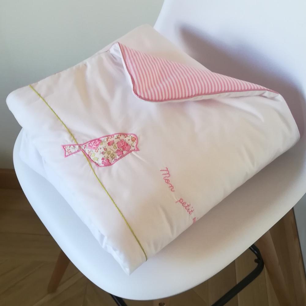 Edredon bébé en Liberty Félicité rose brodé et popeline blanc rose_pliée de côté et revers