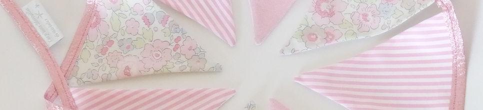 Guirlane fanions en tissus Liberty Betsy rose dragée, lin rose irisé et popeline à rayures roses et blanches