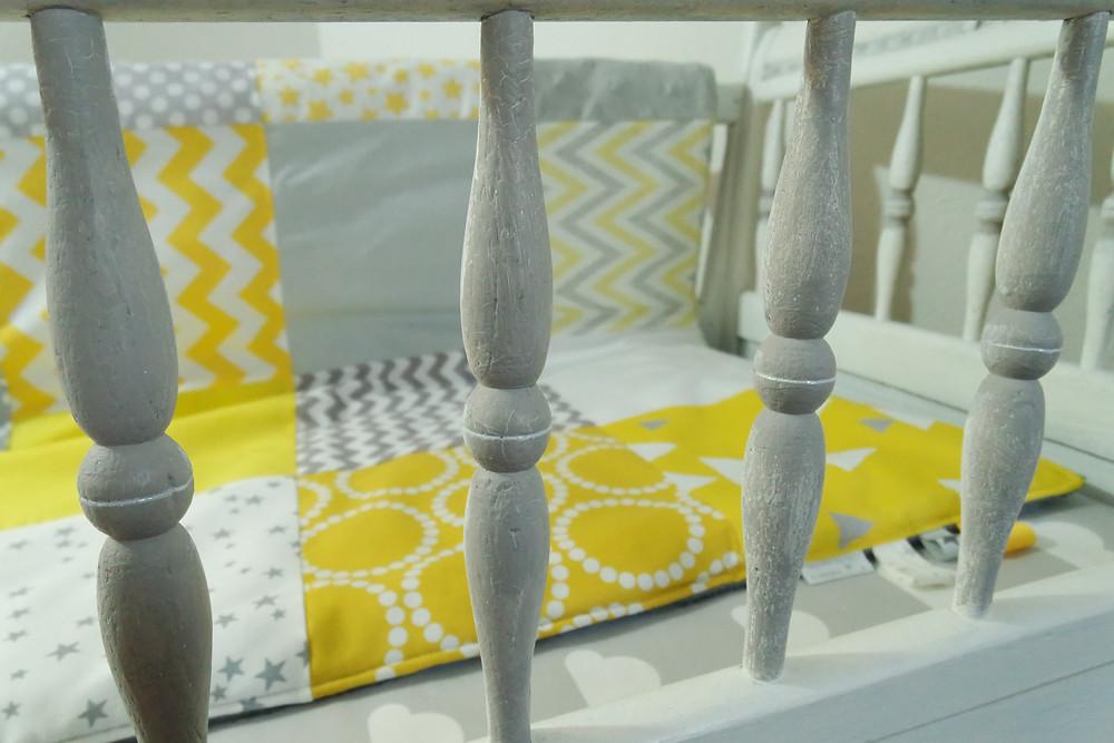 """Couverture bébé """"patchwork"""" jaune, gris, blanc """"king size""""_mise en situation"""
