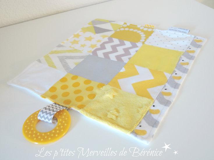 """Doudou étiquettes """"patchwork"""" jaune, gris, blanc"""