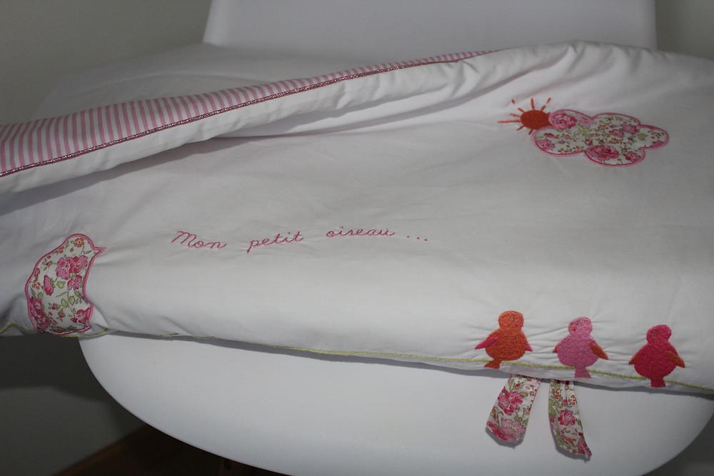 Edredon bébé en Liberty Félicité rose brodé et popeline blanc rose_pliée face 2