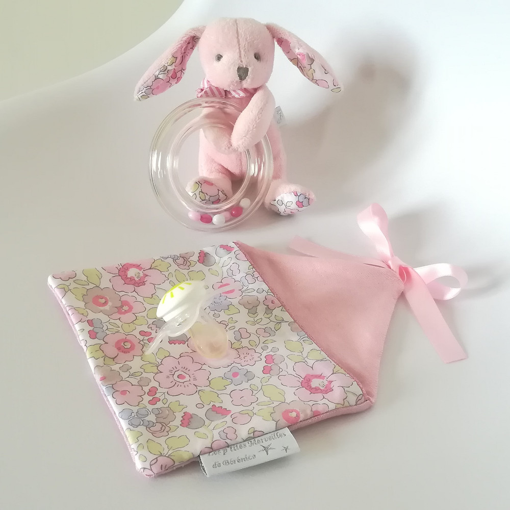 Pochette range tétine ou doudou maison Liberty rose dragée_et doudou hochet lapin rose dragée Jacadi