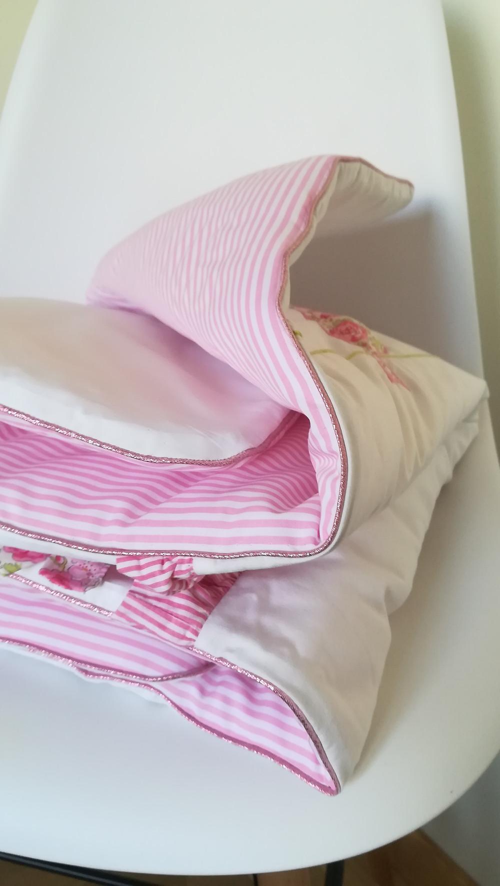 Edredon bébé en Liberty Félicité rose brodé et popeline blanc rose_pliée zoom