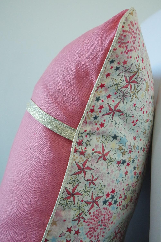 Coussin bébé Liberty Adelajda étoiles roses gris or exclu japonnais et lin rose pastèque_détails côté et dos