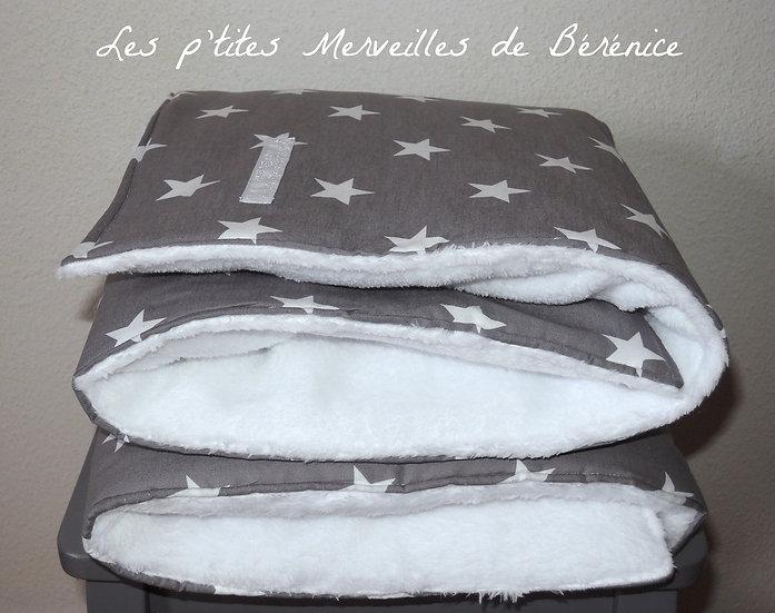 Couverture gris souris à grosses étoiles blanches