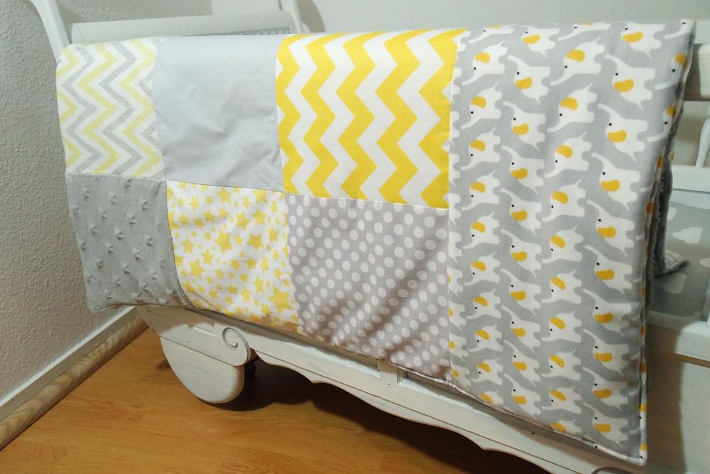 """Couverture bébé """"patchwork"""" jaune, gris, blanc """"king size""""_détails raccords ensemble"""
