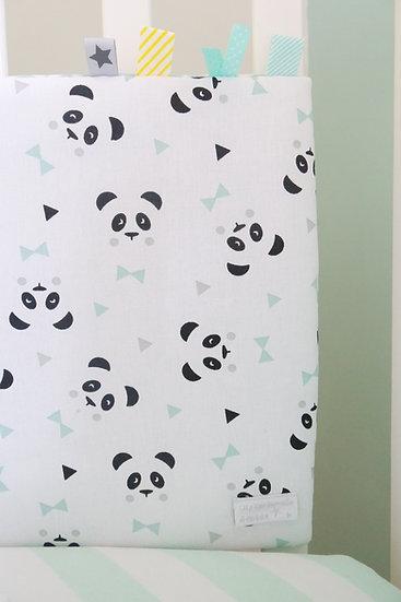 """Tour de lit modulable et gigoteuse """"panda et chevrons"""" mint, blanc et noir, détail étiquettes"""